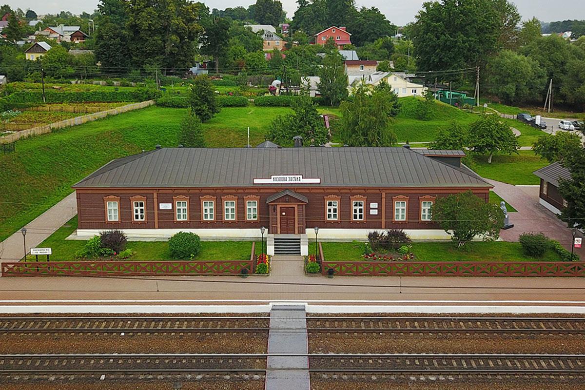 По решению руководства РЖД, усилиями железнодорожников и строителей станции Козлова Засека вернули облик начала прошлого века.