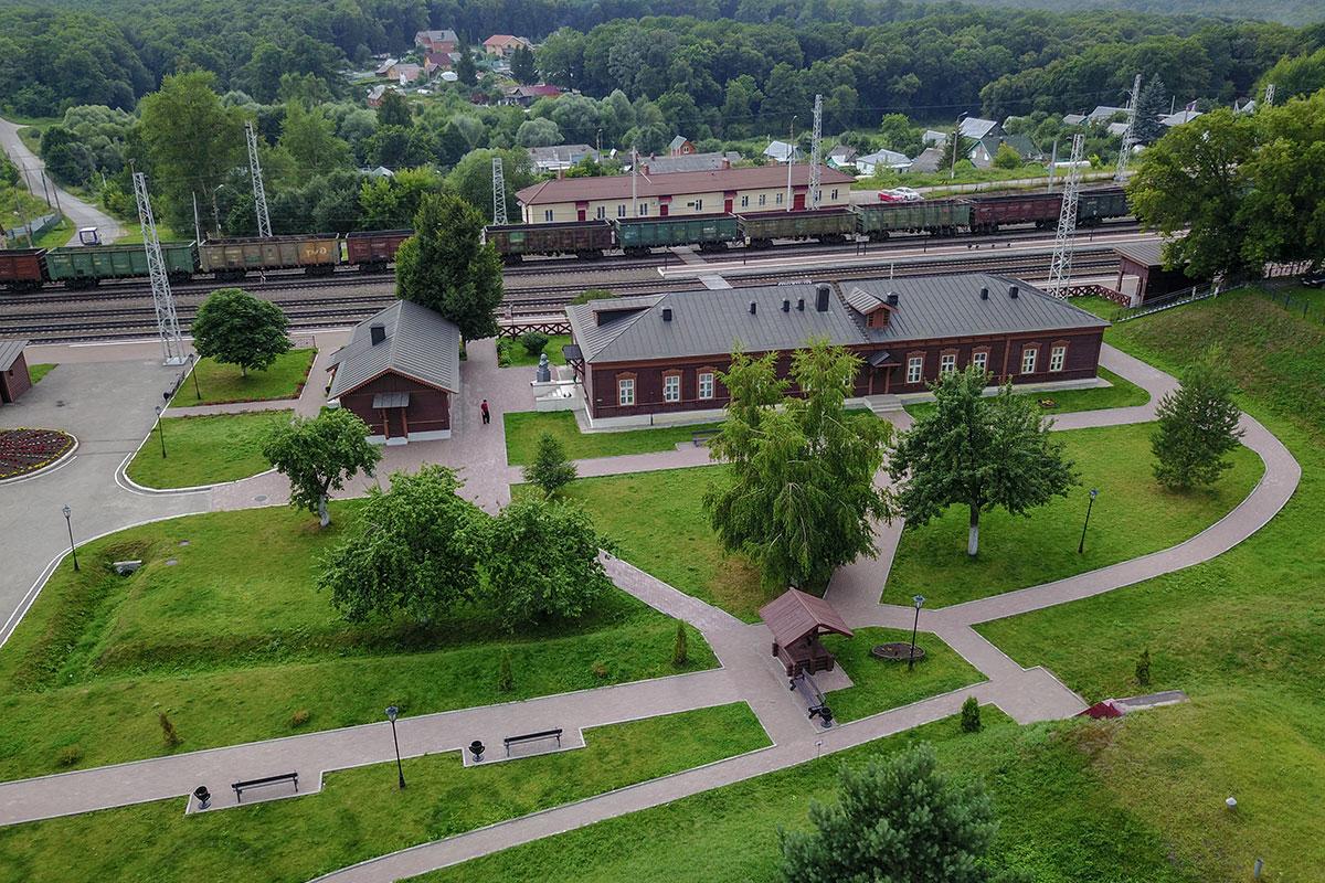 Вторая высотная фотография станции Козлова Засека демонстрирует приметы современности – мачты электрификации и длинный состав полувагонов.