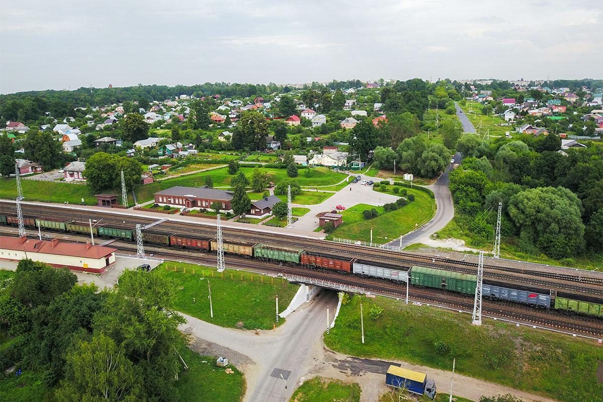На высотной фотографии железной дороги реконструированная в духе старины станция Козлова Засека едва различима.