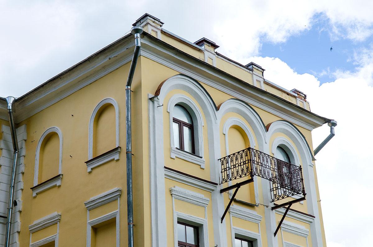 Оставленная снаружи заложенного ради акустики балкона, железная решетка на стене здания обозначает, где находится музей Аренского, Лядова и Рахманинова.