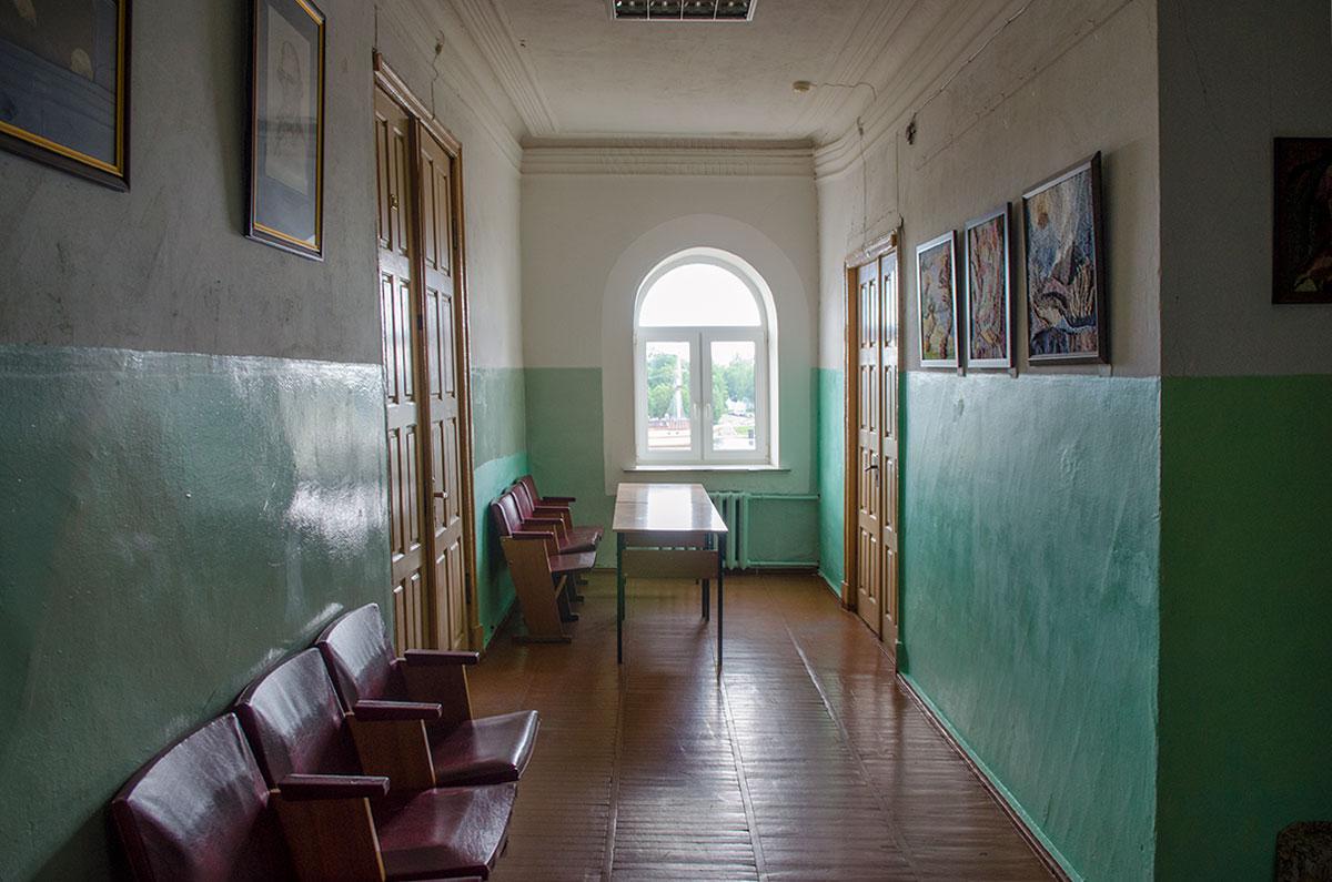Входная дверь в музей Аренского, Лядова и Рахманинова расположена справа в конце коридора, среди дверей действующих учебных классов.