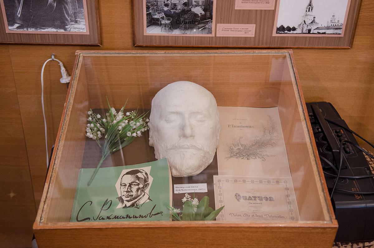 Сохранение в семье и передача в музей Аренского, Лядова и Рахманинова в Великом Новгороде посмертной маски Чайковского говорит о его роли в жизни Рахманинова.