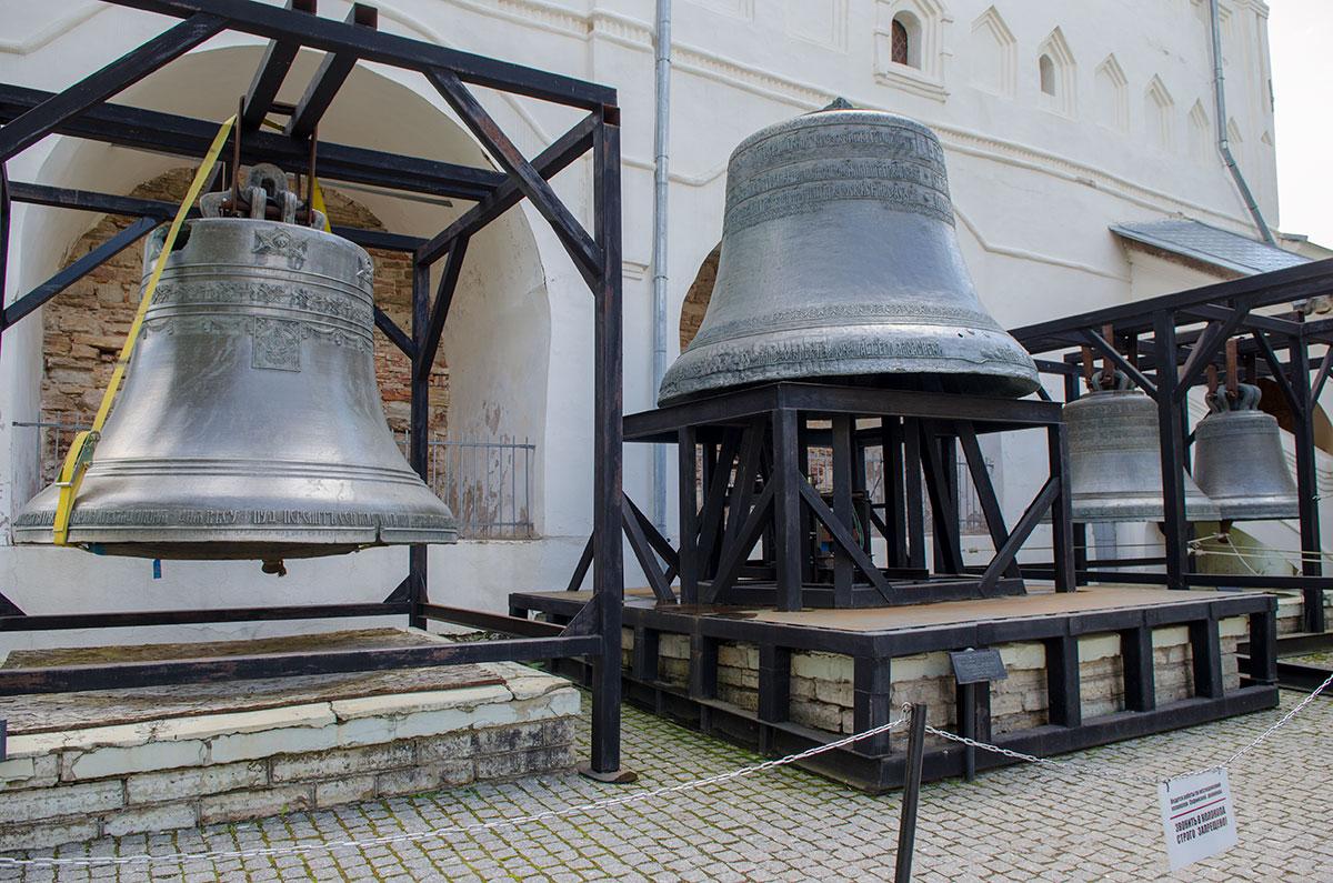Стоявшие ранее на кирпичных постаментах у Софийской звонницы древние колокола новгородских храмов теперь установлены на рамные конструкции.