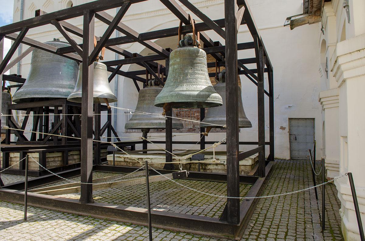 Софийская звонница снова услышала звон древних колоколов, когда их переместили с постаментов в подвешенное состояние.