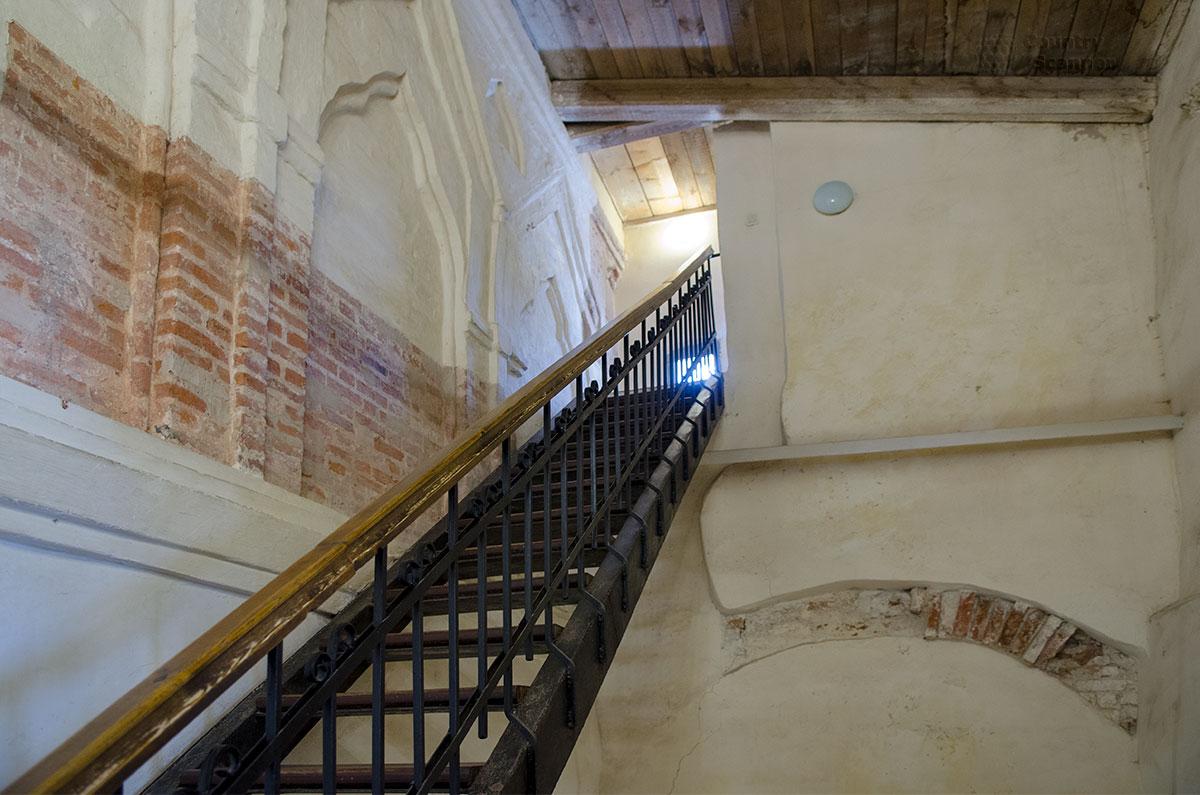 Частично оставленный при реконструкции без штукатурки строительный кирпич Софийской звонницы далеких предков находится во вполне удовлетворительном состоянии.