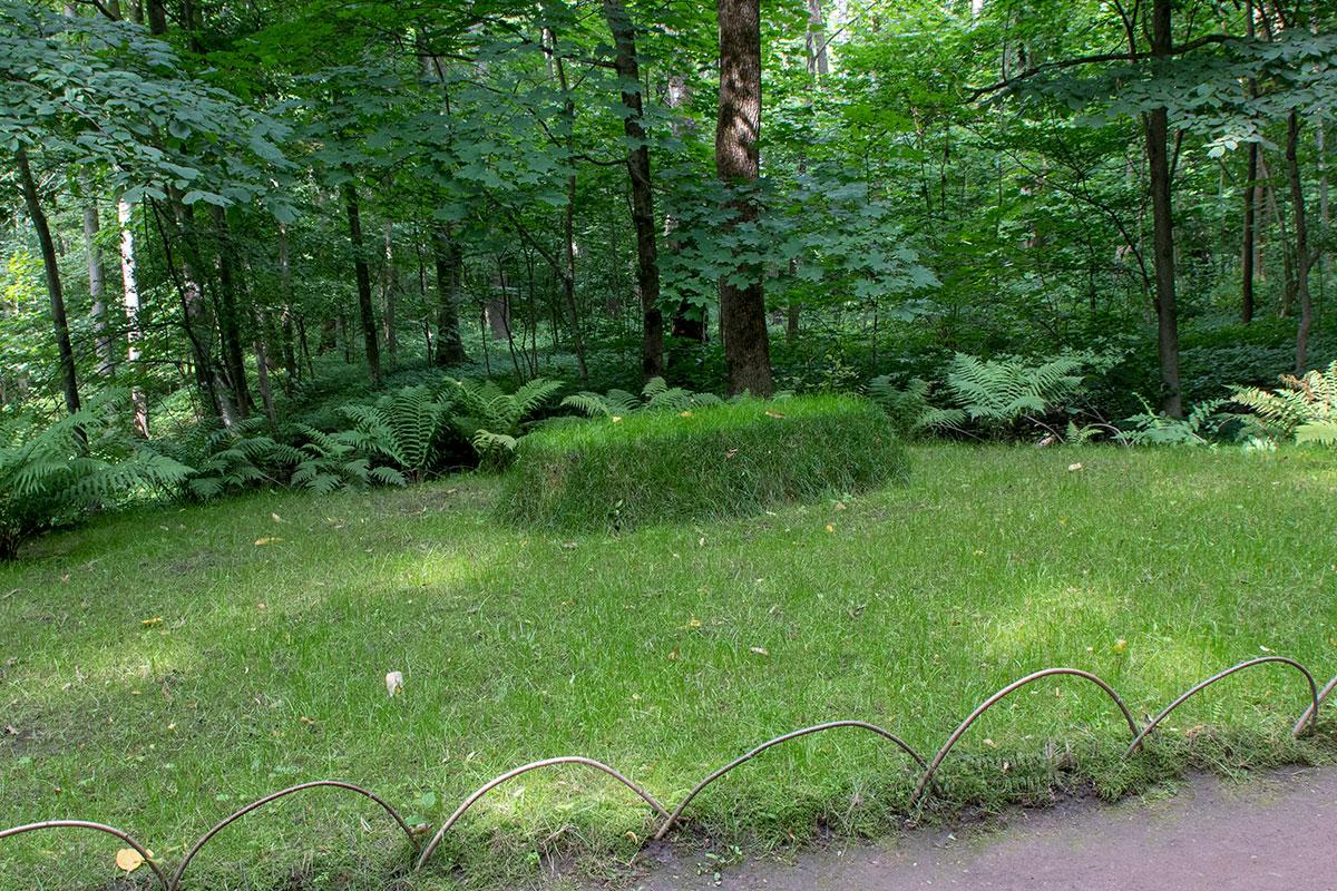 Могильный холм над захоронением Льва Толстого просто обложен пластами травянистого дерна, без всяких традиционных атрибутов.