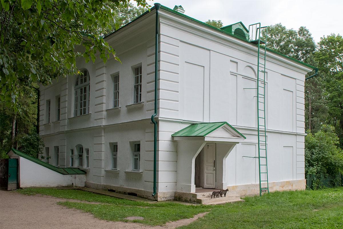 Один из двух флигелей усадьбы - Флигель Кузминских.
