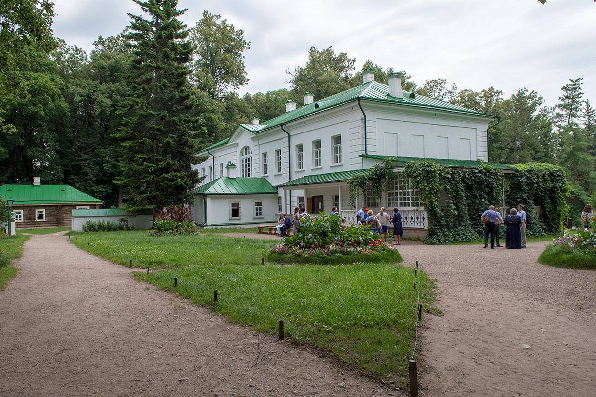 Общий вид на флигель большого дома в Ясной Поляне, средняя часть которого была продана на вывоз в другую усадьбу для уплаты долгов.