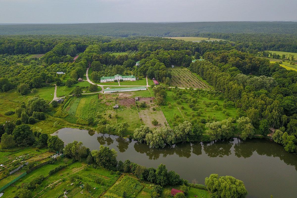 Унаследованная Львом Николаевичем Толстым от отца усадьба Ясная Поляна расположена южнее Тулы, в живописной местности.