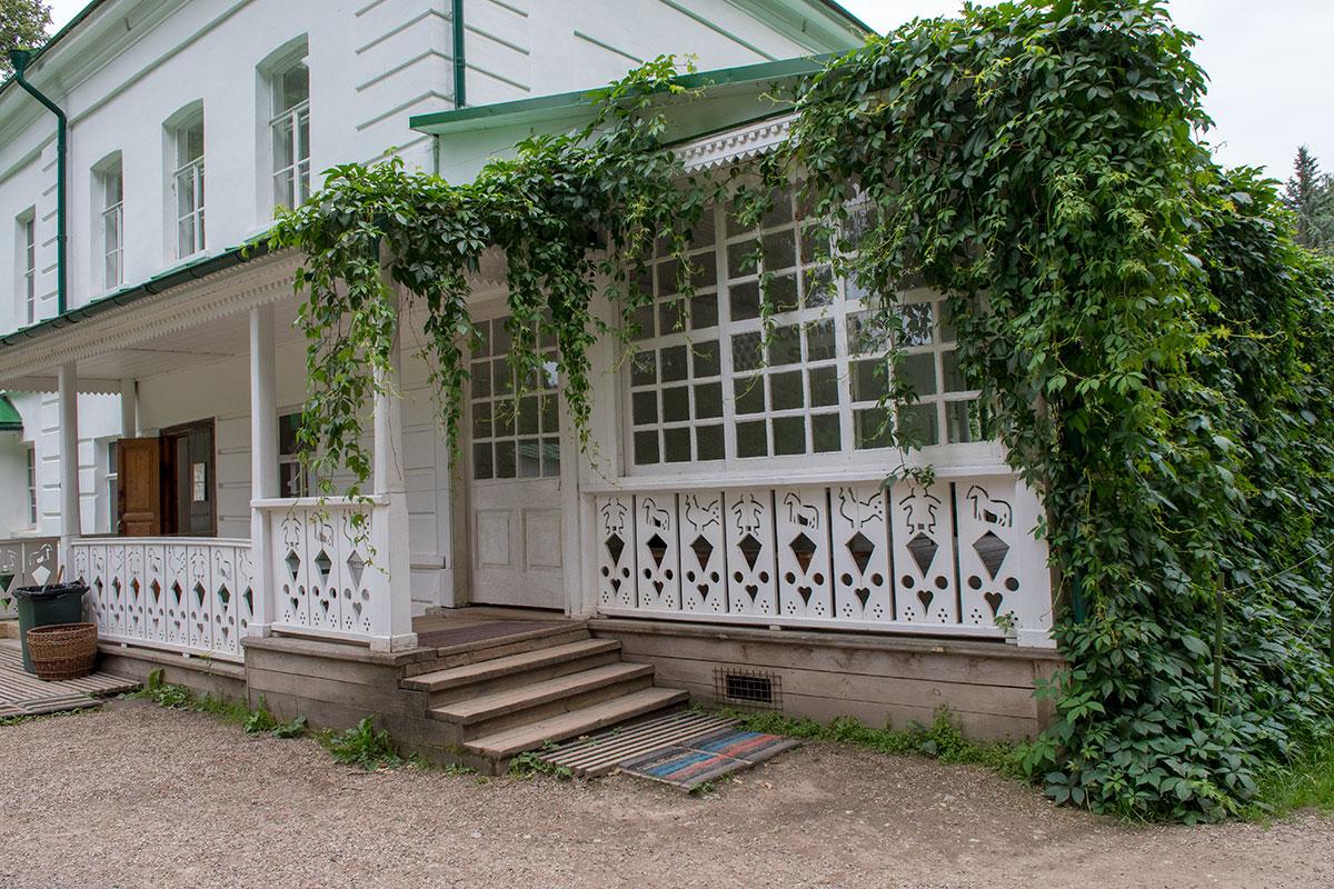 Лев Николаевич самостоятельно пристроил к флигелю в усадьбе Ясная Поляна обширную веранду для летнего пребывания семейства.