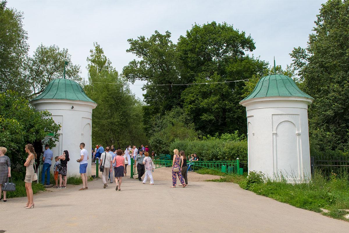 Входная группа усадьбы Ясная Поляна представлена двумя башнями с железной оградой между ними, остались они еще от деда писателя.