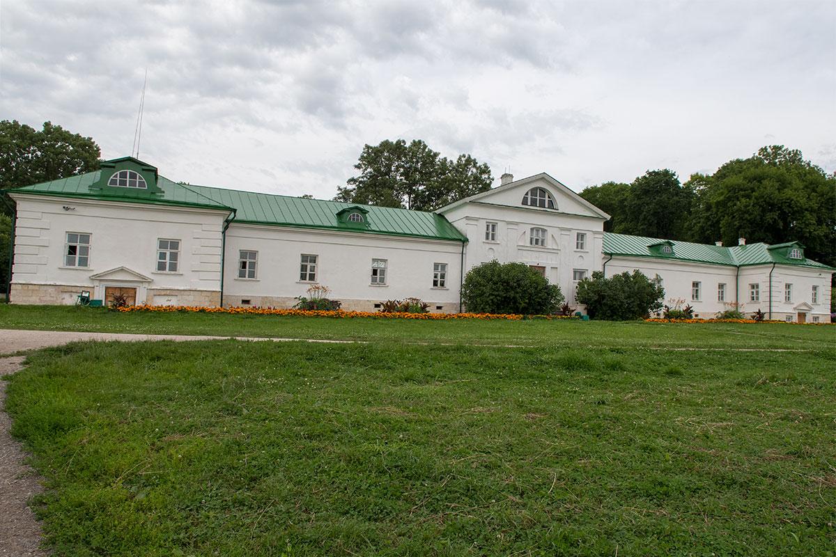 Первое каменное строение в усадьбе Ясная Поляна – дом Волконского, где жил дед писателя, а позднее – прислуга семейства Толстых.