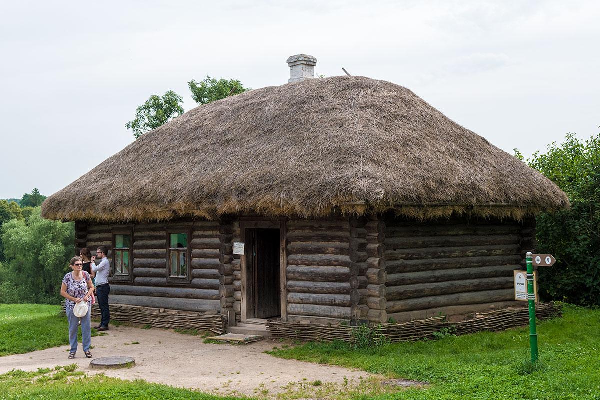 Одно из строений в усадьбе Ясная Поляна – Кучерская изба, теперь предназначенная для демонстрации быта простолюдинов.