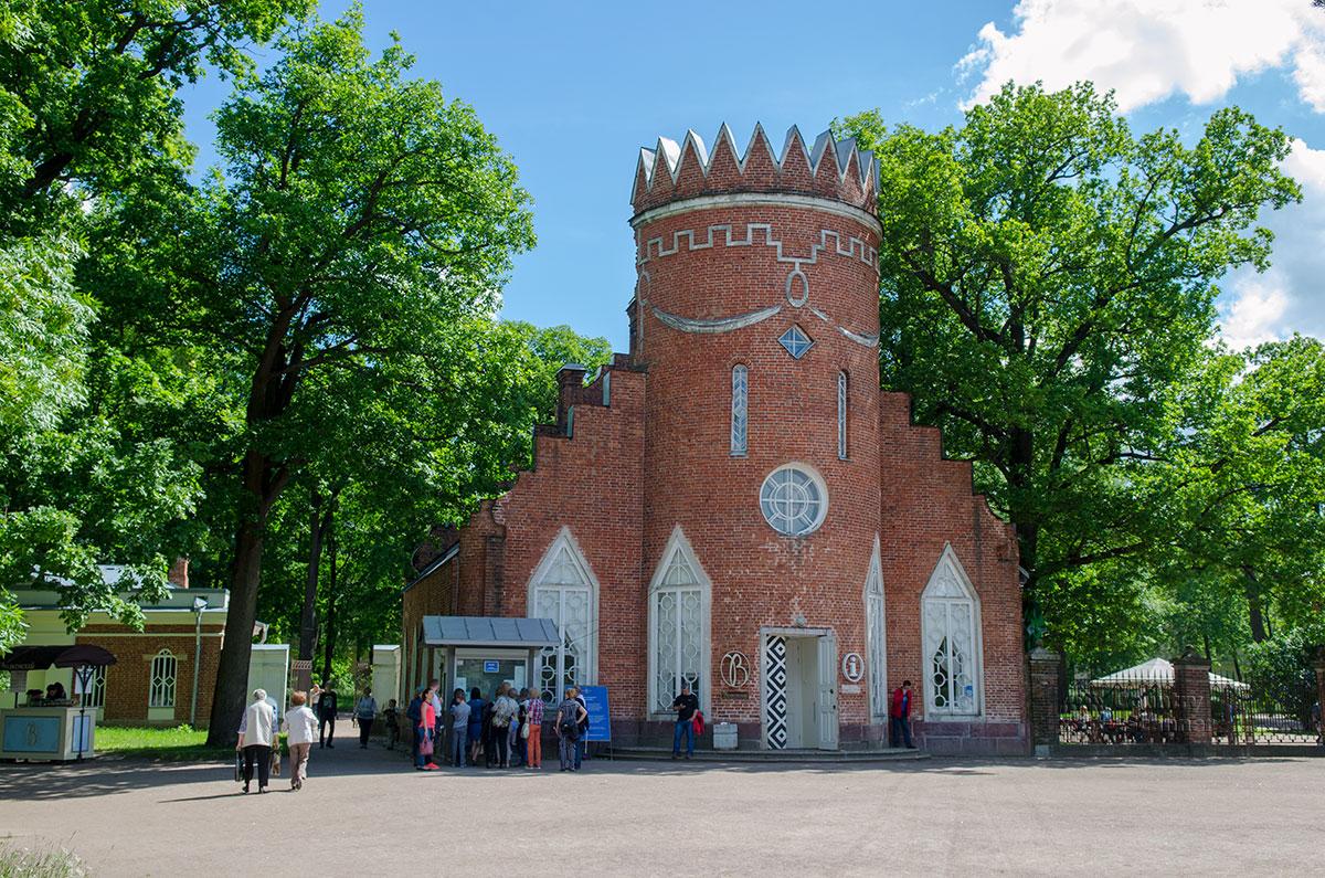 Боковые флигели Адмиралтейства в Царском Селе выглядят как бастионы средневековой крепости, с башней во главе угла.