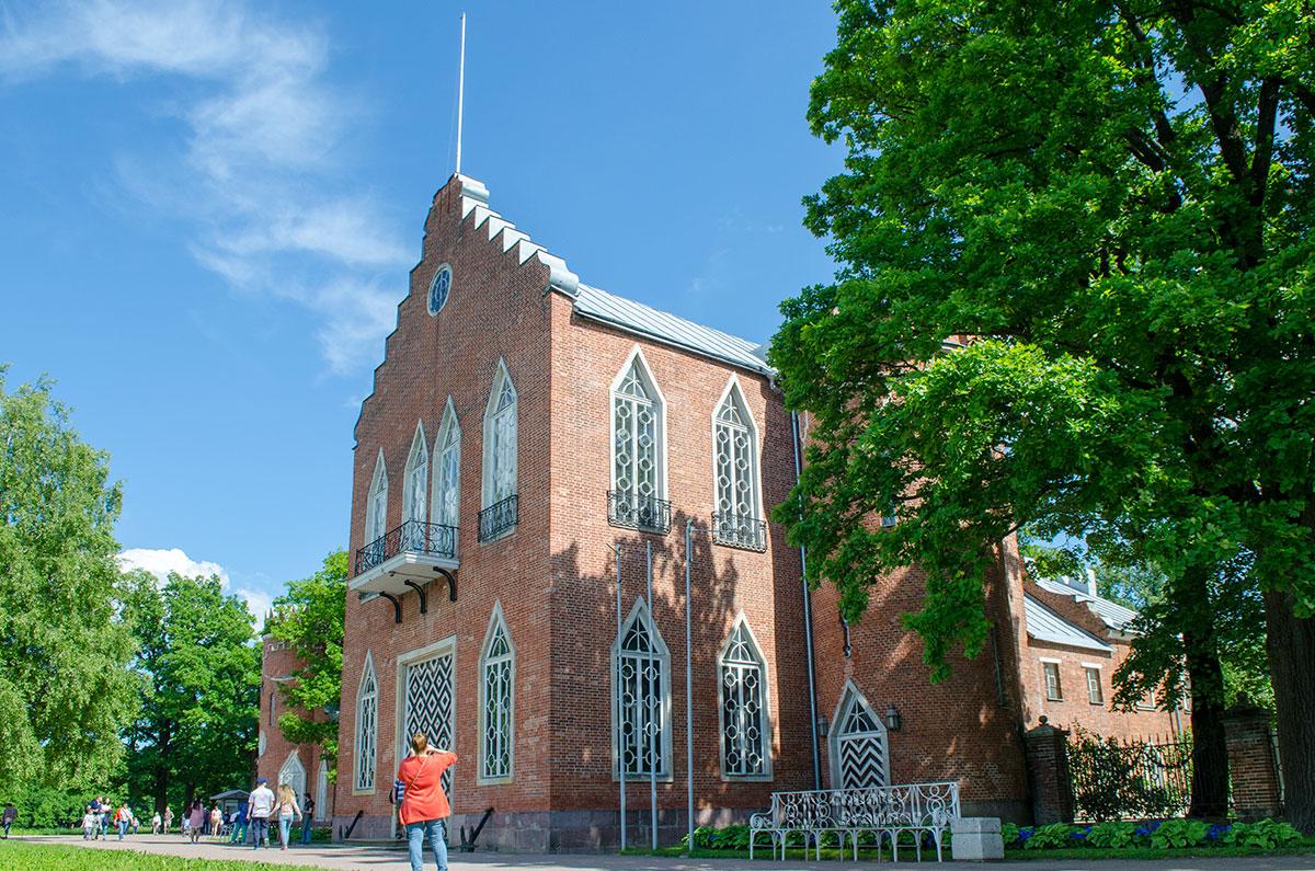 Ступенчатое завершение фасада Адмиралтейства в Царском Селе заимствовано их голландской готической архитектуры.
