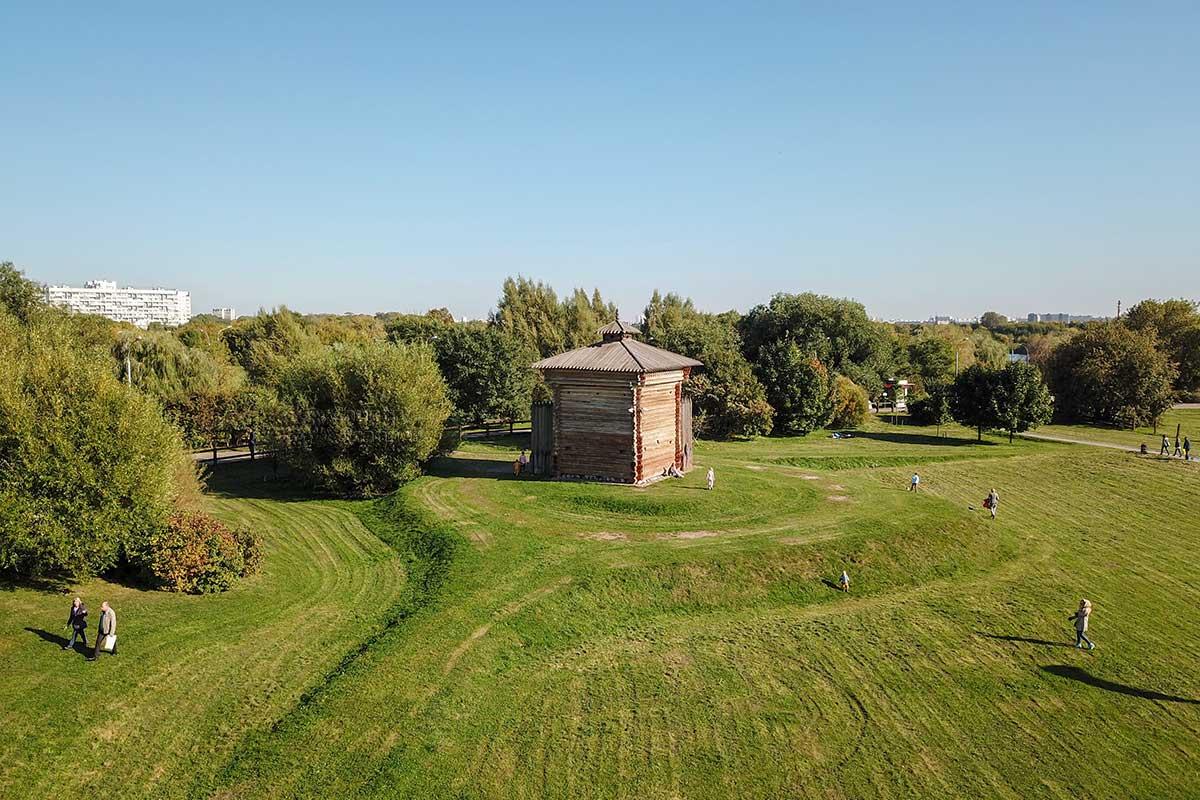 Перевезенная с берегов Ангары из-за строительства Братской ГЭС башня Братского острога вошла в состав экспонатов собрания деревянных строений в Коломенском.