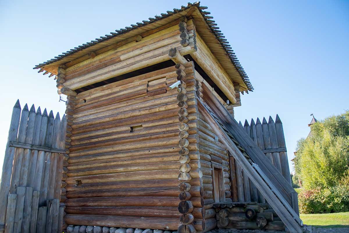Сторожевая и оборонительная башня Братского острога выполнена из 25 венцов бревен сибирской лиственницы, самого стойкого к гниению дерева.