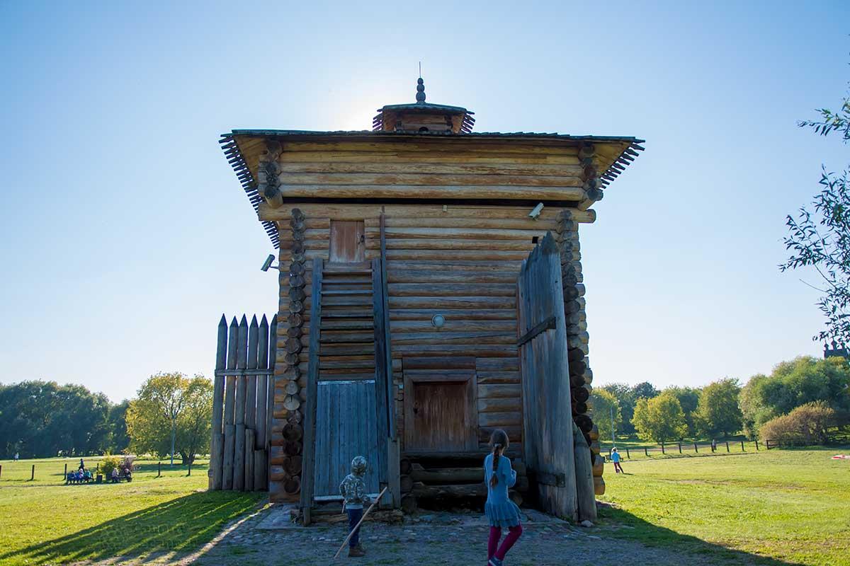 Башня Братского острога имеет два входа, внизу – дверь в жилое помещение, вверху – лаз в оборонительную часть и сторожевую вышку.