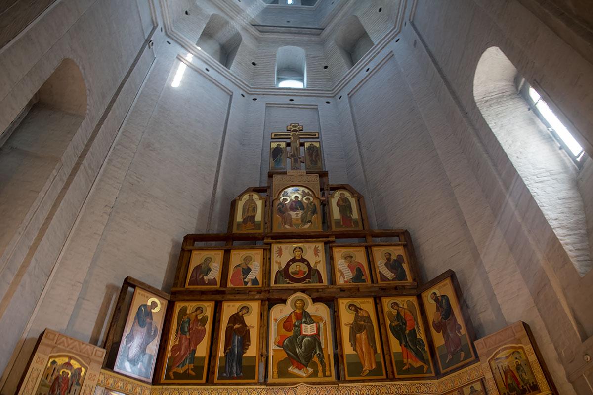 Иконостас церкви Усекновения главы Иоанна Предтечи по высоте достигает уровня верхних кромок оконных проемов.