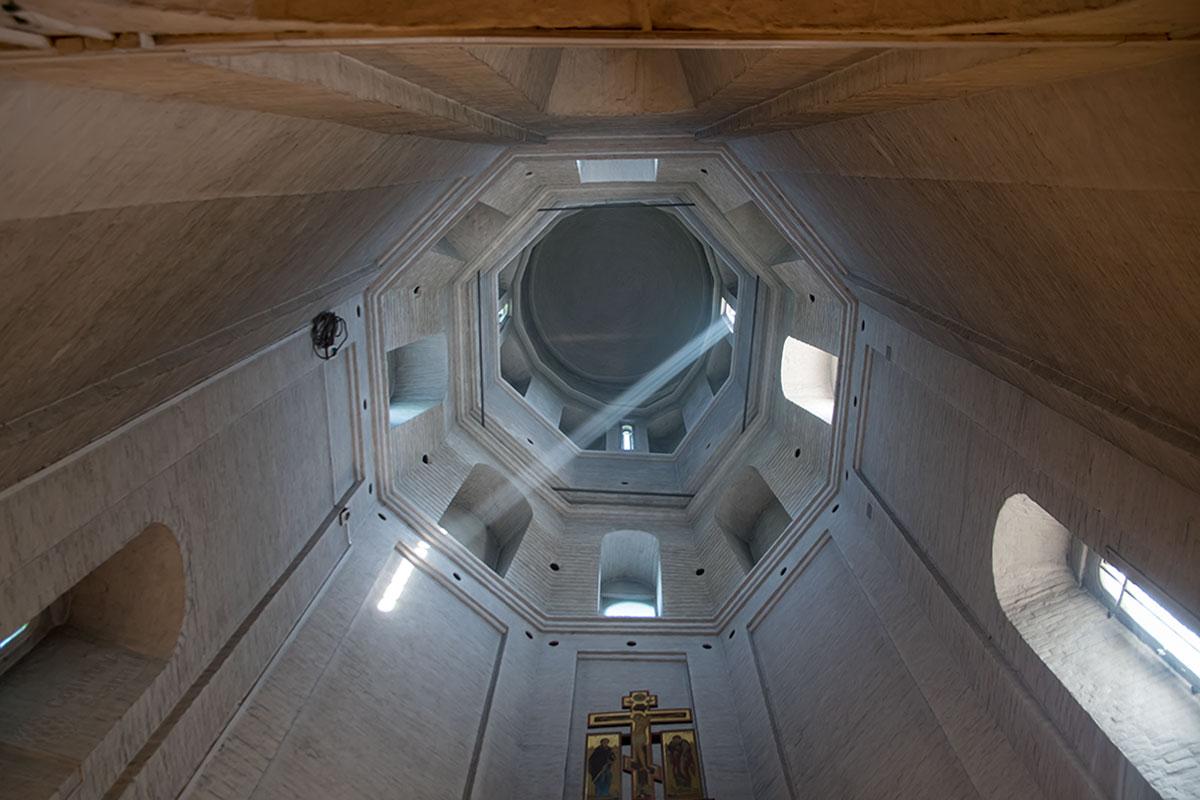 Посмотрев изнутри на купол центрального здания церкви Усекновения главы Иоанна Предтечи, можно точнее понять ее конструкцию.