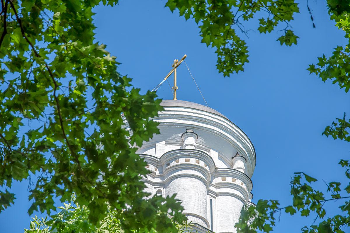 Издали похожий на ротонду световой барабан церкви Усекновения главы Иоанна Предтечи состоит из восьми цилиндрических башен.