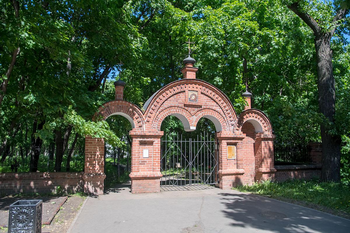 На подходе к церкви Усекновения главы Иоанна Предтечи установлены кирпичные ворота, на которых вывешена икона почитаемого мученика.