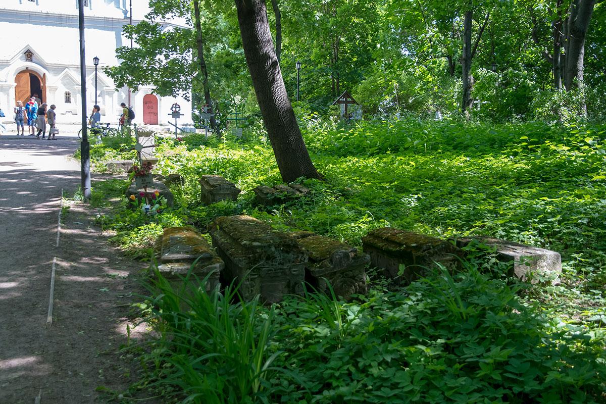 На территории церкви Усекновения главы Иоанна Предтечи сохраняется старинное кладбище, где давно никого не хоронят.