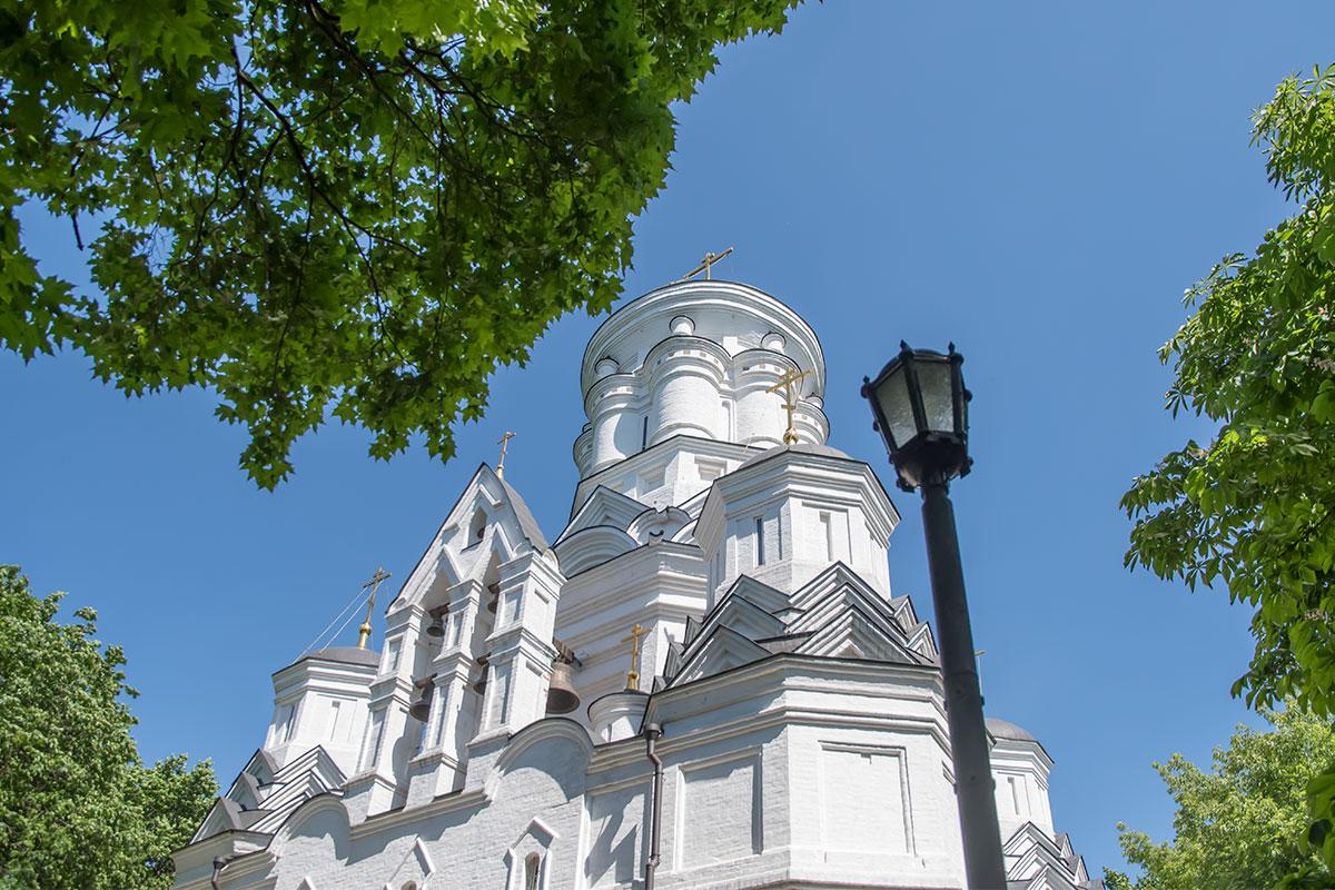Необычной архитектурой церковь Усекновения главы Иоанна Предтечи похожа на собор Покрова что на Рву, или Василия Блаженного.