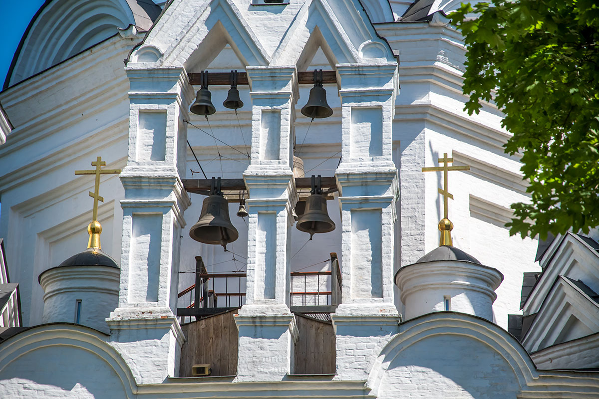 Церковь Усекновения главы Иоанна Предтечи отличается своеобразной звонницей, находящейся на открытом воздухе и похожей на Софийскую звонницу.