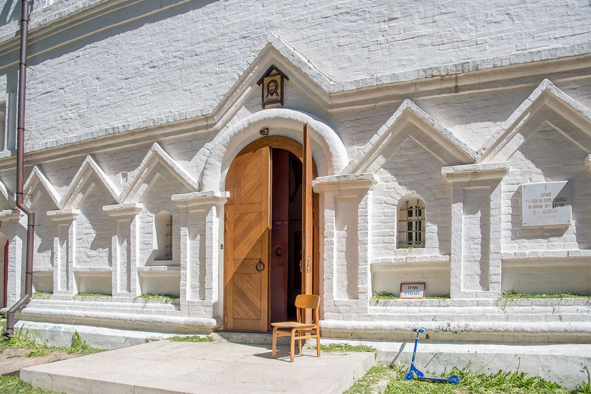 Под звонницей церкви Усекновения главы Иоанна Предтечи – скромно декорированный западный фасад с входом в храм.