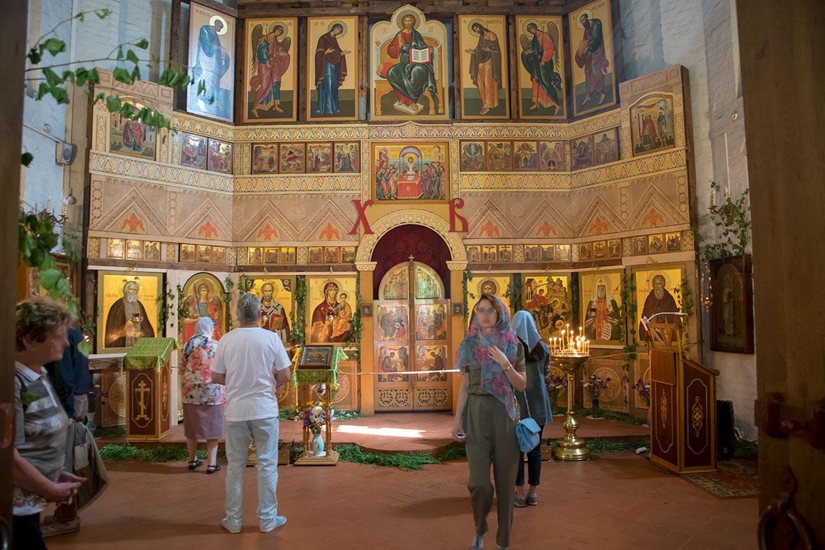 Алтарная преграда церкви Усекновения главы Иоанна Предтечи выполнена как классический для православных храмов иконостас.