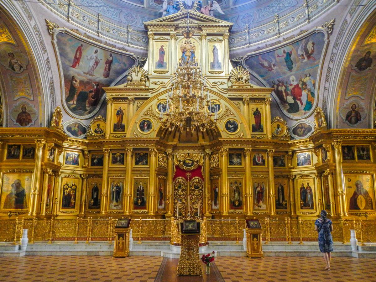 Главный алтарный иконостас храма Николы Белого оформлен с роскошью, достойной высокого статуса кафедрального собора.