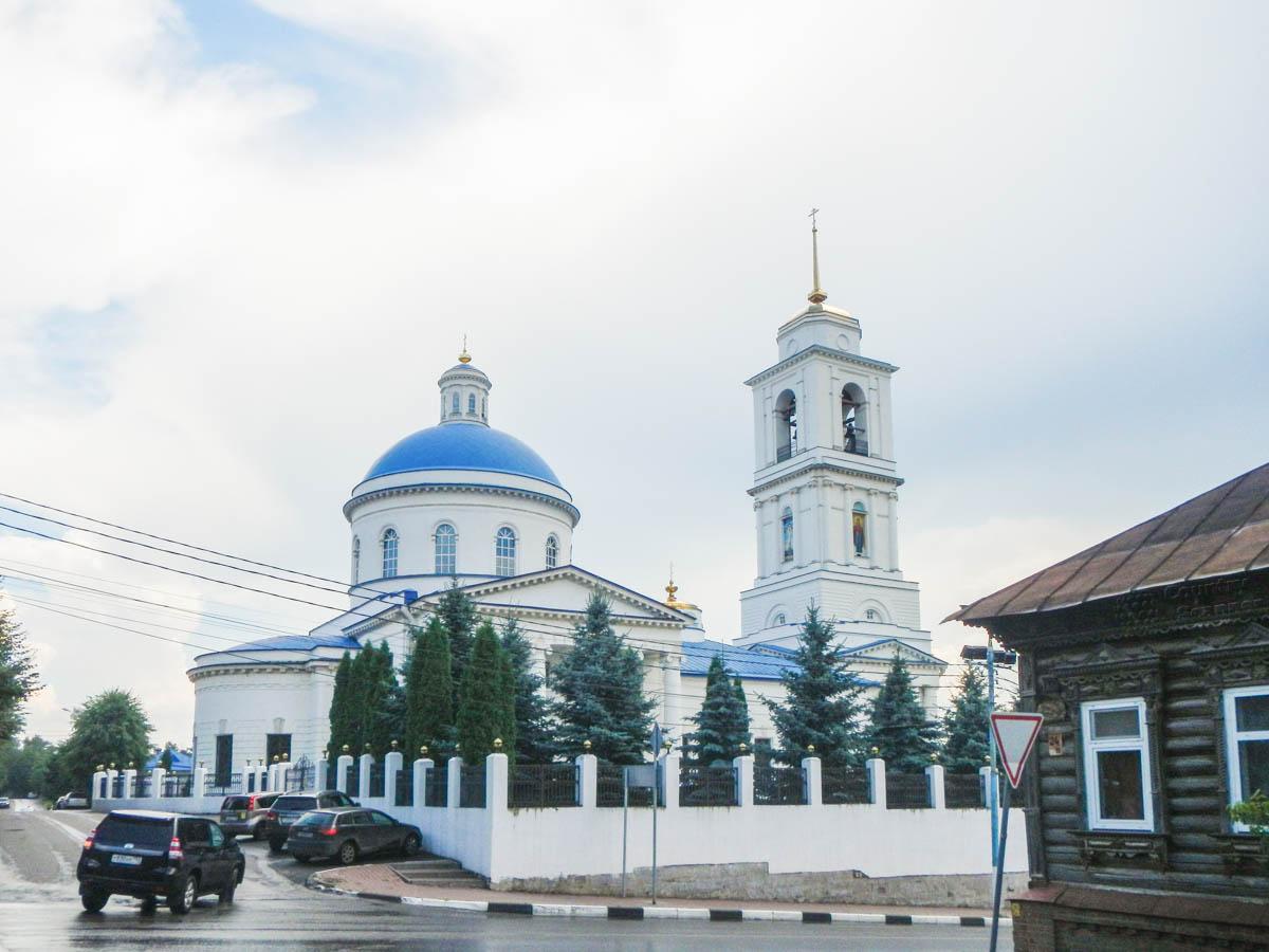 Белоснежный кафедральный собор, храм Николы Белого в Серпухове, является высотной доминантой старинного района.