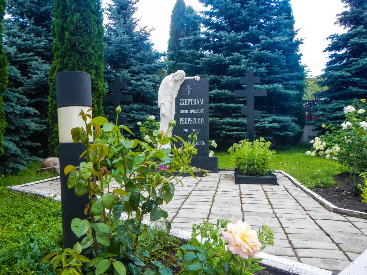Храм Николы Белого предоставил возможность разместить на территории мемориал жертвам сталинского террора большевистского периода.
