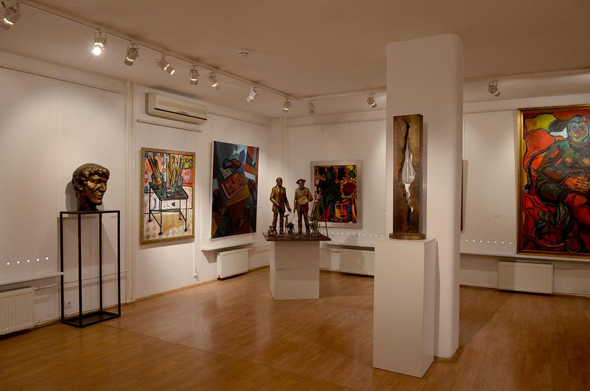 О одном из залов музей-мастерская Зураба Церетели демонстрируется сильно уменьшенная копия его монумента Слеза скорби в память трагедии башен-близнецов.