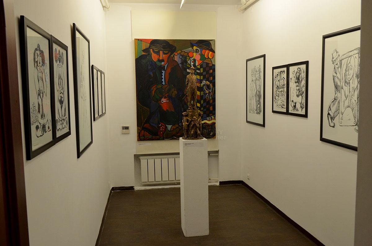 Отдельное помещение музей-мастерская Зураба Церетели отвела под разнообразные изображения великого комика Чарли Чаплина.