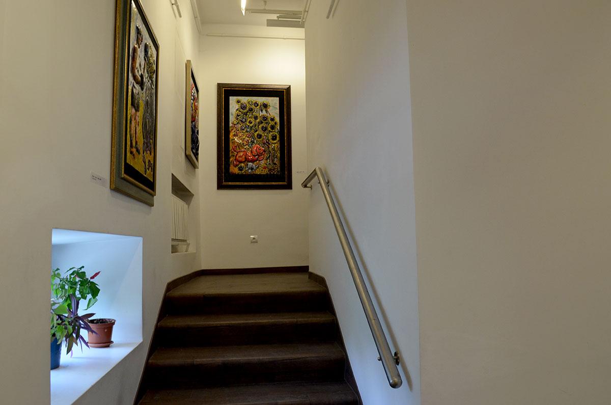 Одна из лучших эмальерных работ с выпуклым изображением размещена на лестничной площадке музея-мастерской Зураба Церетели.