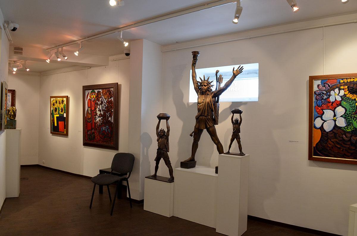 Разнокалиберные статуи воображаемого Колосса Родосского музей-мастерская Зураба Церетели показывает в одном зале с несколькими изображениями подсолнухов.