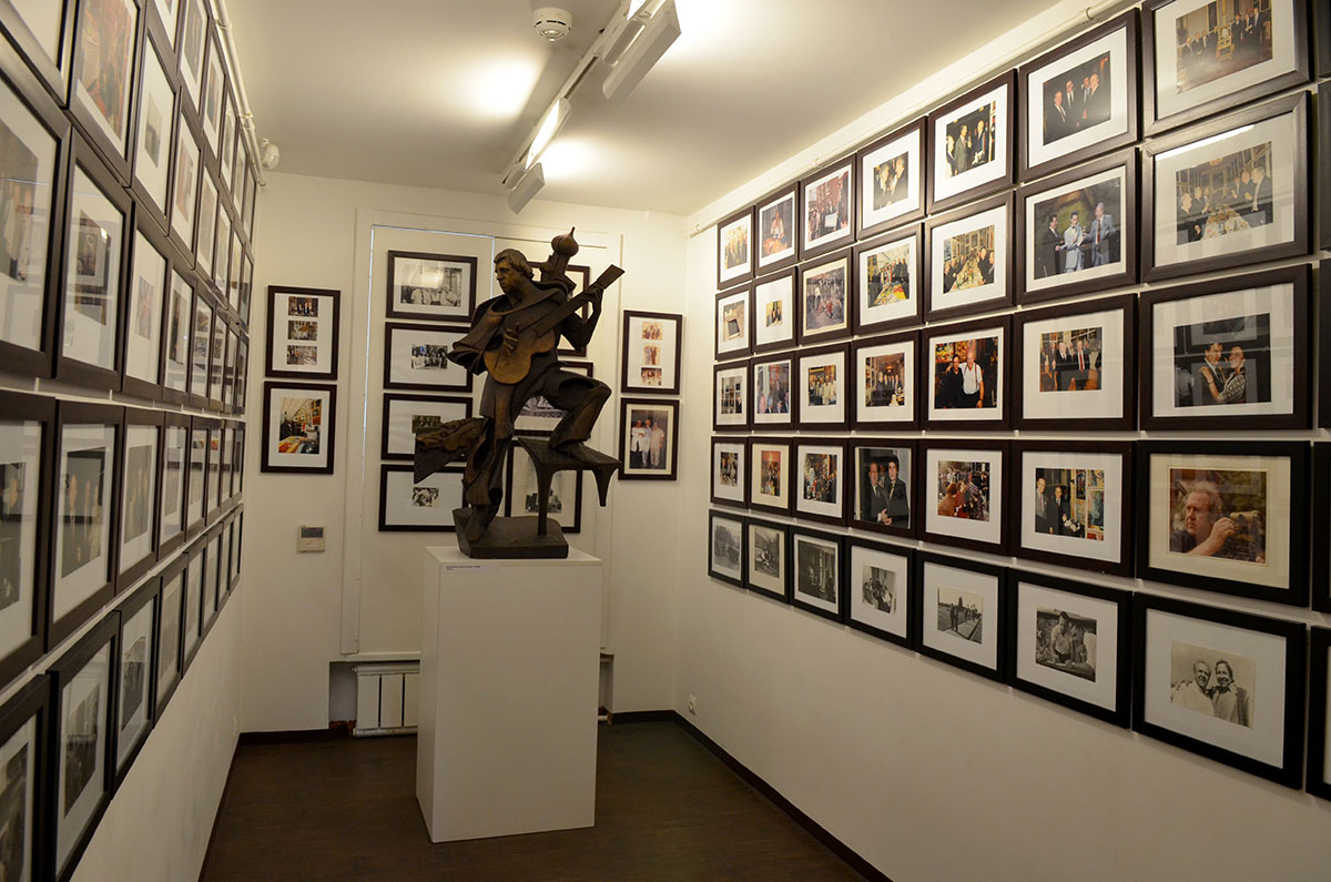 Скульптурный портрет дружившего с хозяином великого барда Высоцкого музей-мастерская Зураба Церетели разместила среди памятных фотографий.
