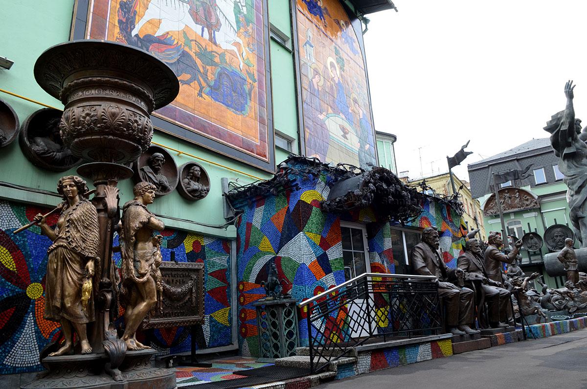 Значительную часть скульптурных произведений, особенно крупногабаритных, музей-мастерская Зураба Церетели разместила вне стен здания.