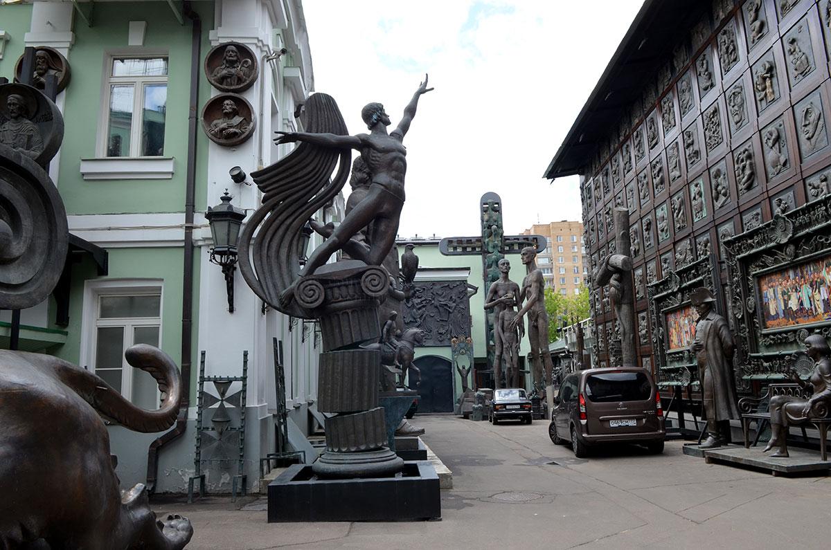Музей- мастерская Зураба Церетели со всех сторон и во внутреннем дворе украшена многочисленными статуями, бюстами и барельефами.