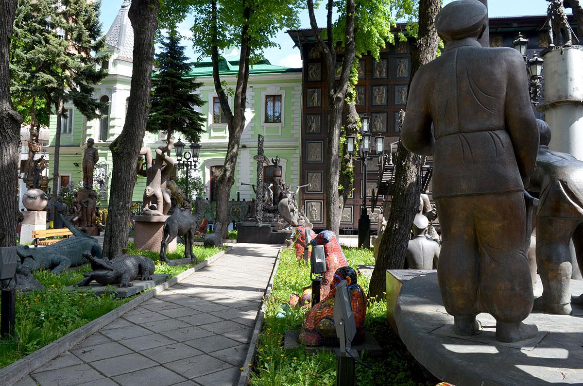 Внутренний дворик музея-мастерской Зураба Церетели представляет собой сочетание живых деревьев с множеством застывших изображений.