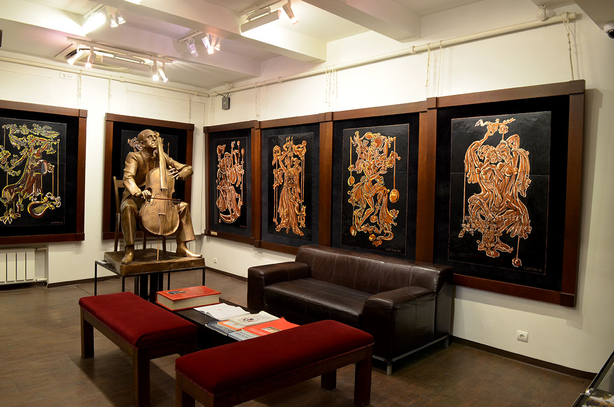 В первом зале нижнего этажа посетители музея-мастерской Зураба Церетели видят гениального виолончелиста Ростроповича и танцующих античных муз.