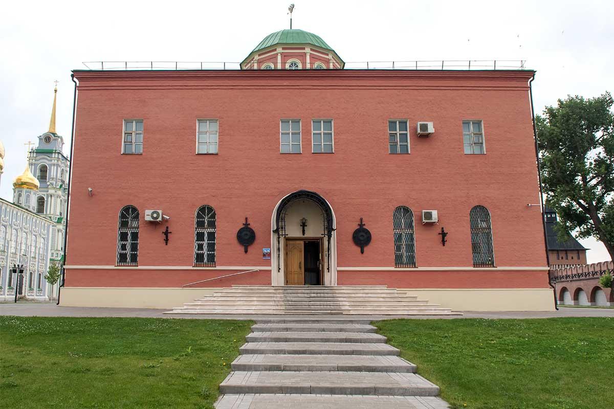 Государственный музей оружия в кремле Тулы имеет одну из экспозиций после ввода в эксплуатацию нового здания, прозванного Шлем.