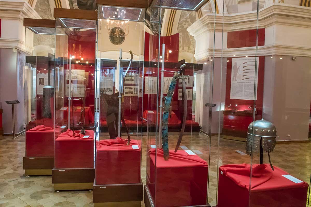 Серия застекленных витрин на втором этаже музея оружия в кремле представляет образцы старинного оружия и воинских доспехов.