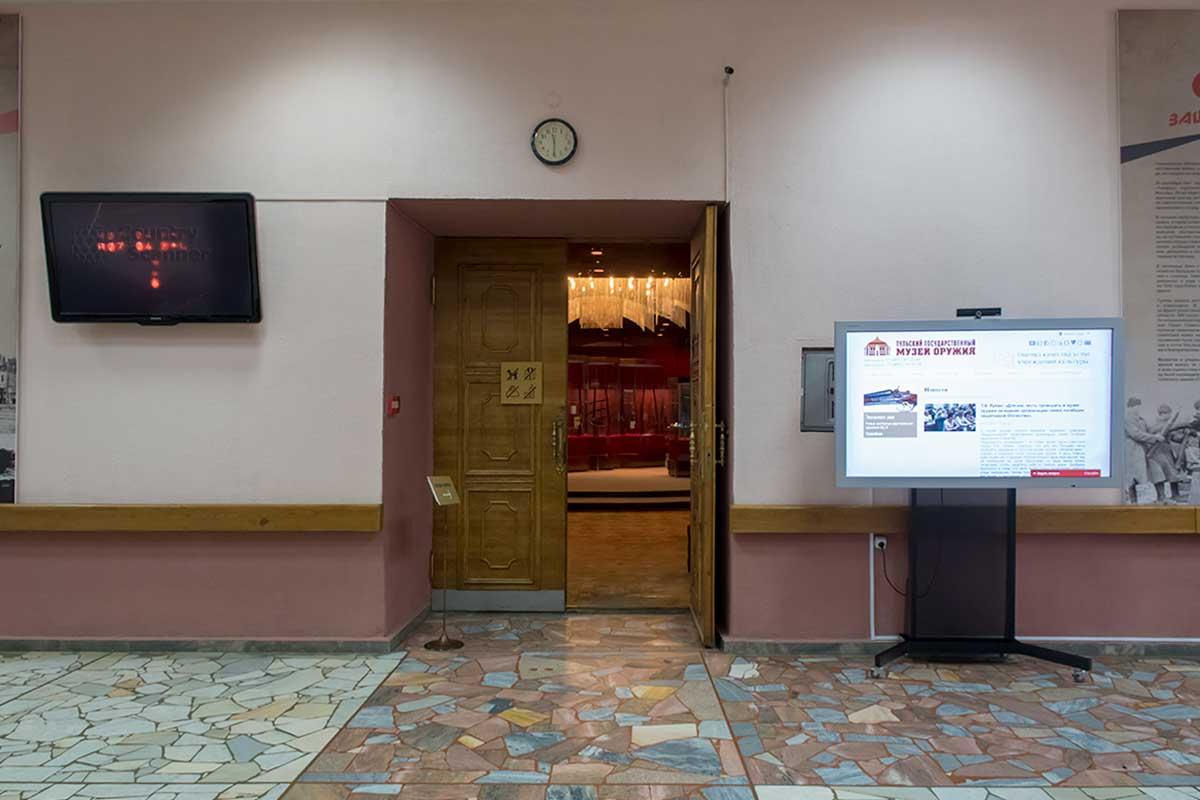Музей оружия в кремле представлен на вывеске в вестибюле информацией о прежнем, заводском здании и новом, что на эмблеме.