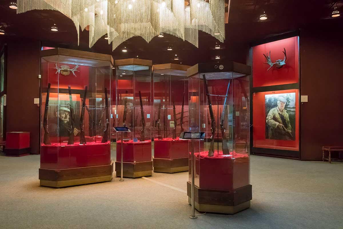 На первом этаже музей оружия в кремле Тулы представляет обширную экспозицию охотничьего оружия производства местного и других заводов.