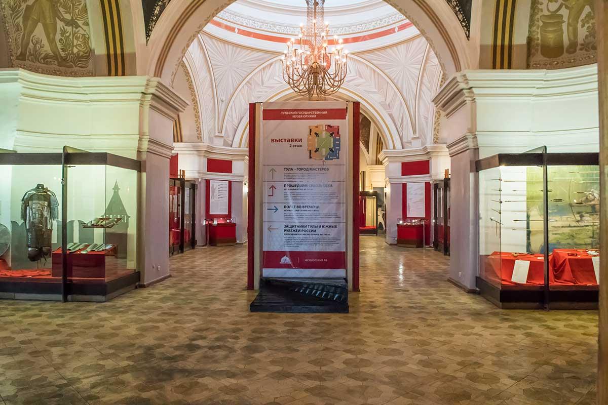 На втором этаже музей оружия в кремле представляет сразу несколько экспозиций, перечень которых приведен на рекламном стенде.