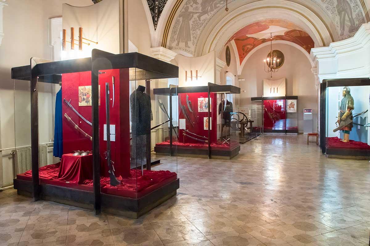 Второй этаж музея оружия в кремле привлекает сохранившимися от Богоявленского храма архитектурными элементами стен и сводов.