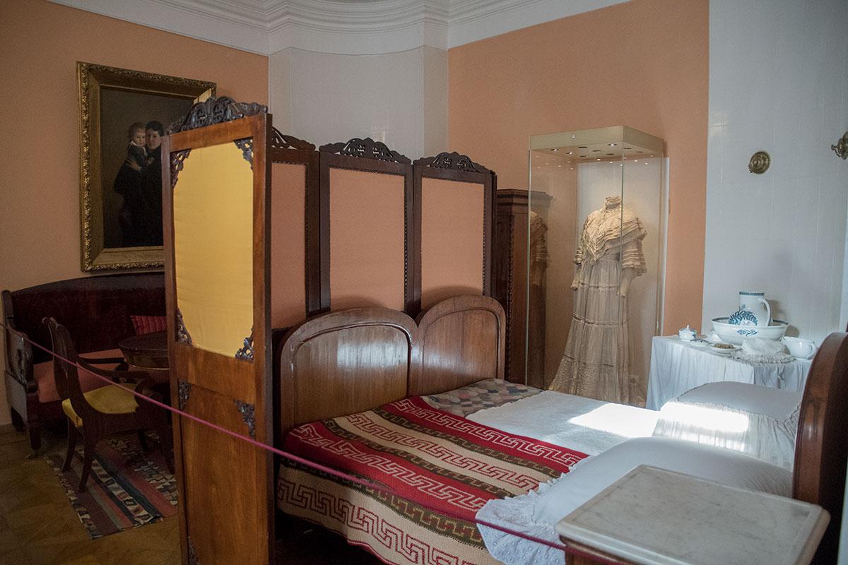 Музей Толстого в Хамовниках хранит прежнюю обстановку супружеской спальни, где часть пространства отгорожена ширмой.